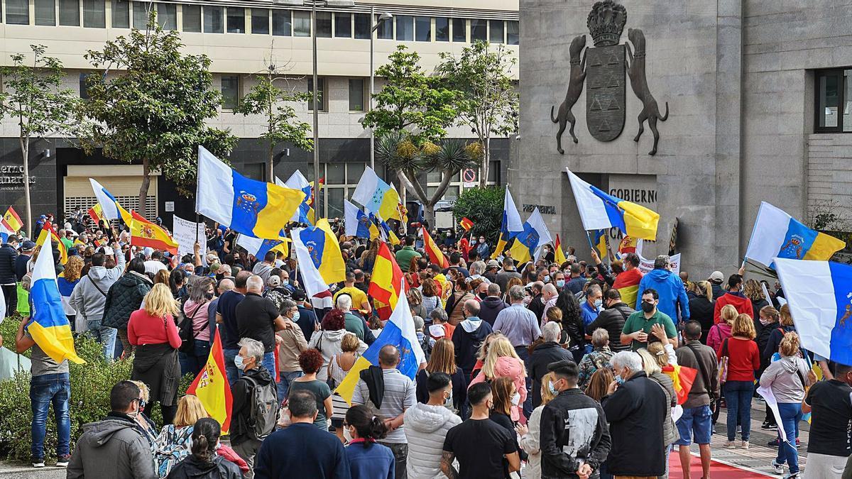 Manifestación para desalojar a los inmigrantes de los hoteles frente a la sede de Presidencia del Gobierno en la capital grancanaria.     JUAN CARLOS CASTRO