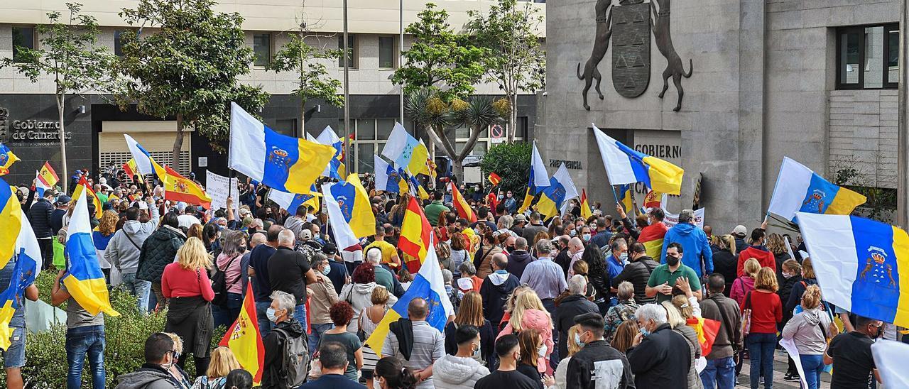 Manifestación para desalojar a los inmigrantes de los hoteles frente a la sede de Presidencia del Gobierno en la capital grancanaria.