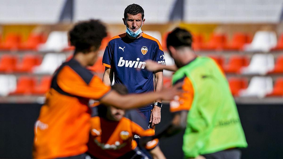 Javi Gracia, en un entrenamiento con el Valencia CF en el estadio Antonio Puchades de Paterna.  | VCF