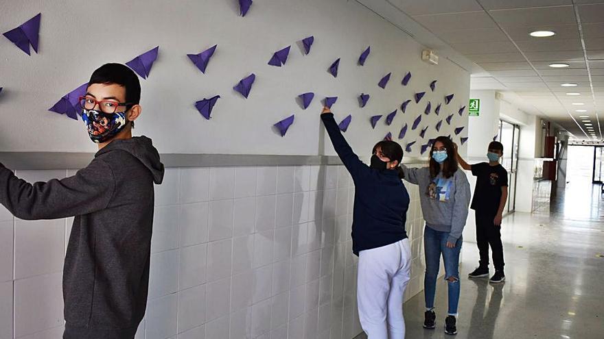 L'alumnat de l'IES Sollana encoratja a fer front a les violències masclistes i «volar cap a la llibertat»