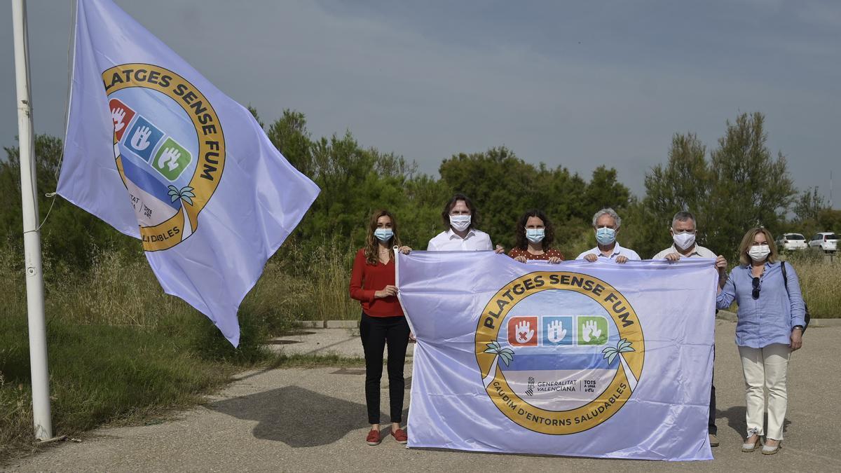 """Las autoridades posaron para la foto con la bandera de """"Platges sense fum"""""""