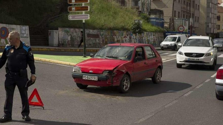 Heridos leves dos conductores tras colisionar en la rúa Areal