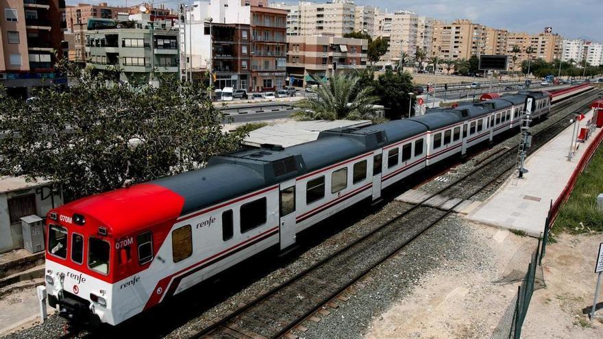 Un maquinista de Cercanías fallece tras detener el tren que conducía en la línea Murcia-Alicante