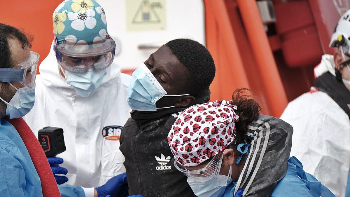 Un migrante recibe esta semana asistencia sanitaria a su llegada a Gran Canaria tras ser rescatado por Salvamento Marítimo .