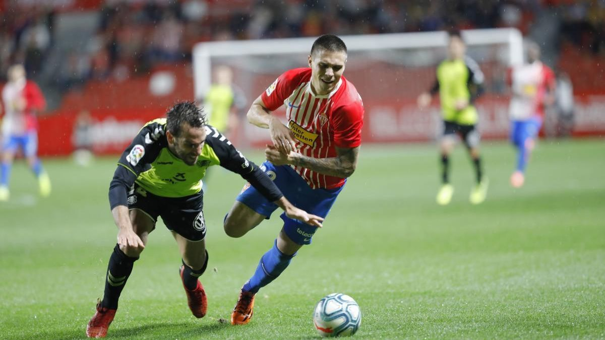 Djuka se lleva el balón durante el último partido disputado en El Molinón ante el Tenerife.