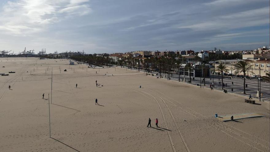La playa de València, sin gente, a vista de dron