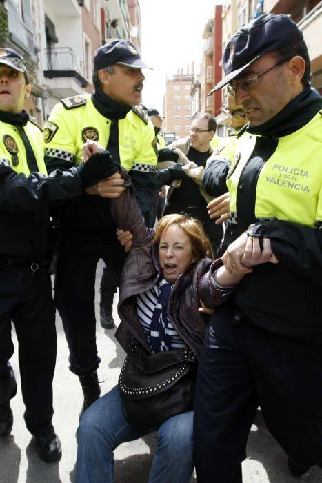 2010. Durante unas cargas policiales por una protesta vecinal que quería paralizar el derribo de una vivienda, Marga Sanz es desalojada por la policía. F. Montenegro