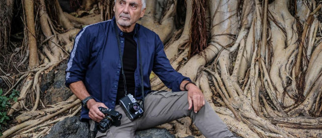 Ángel Luis Aldai, en el tronco de un ficus gigante del Jardín Canario Viera y Clavijo.