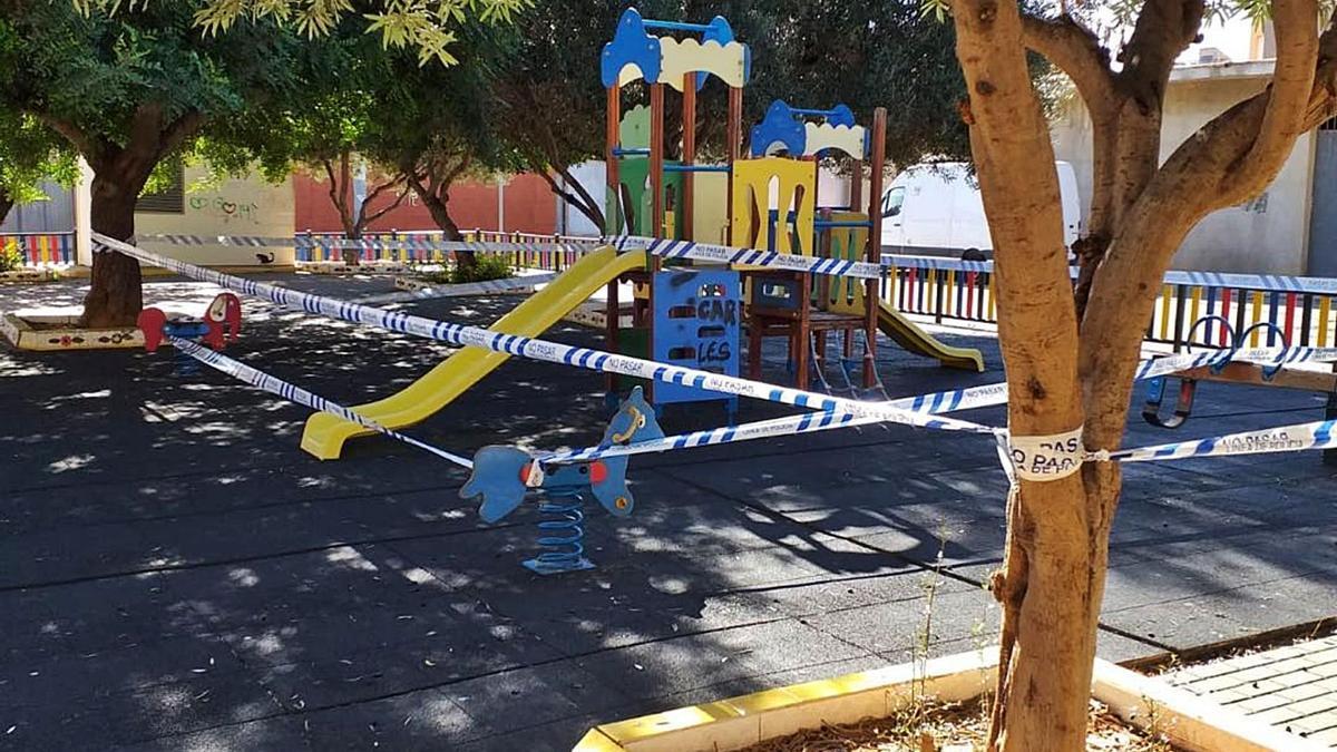 La Policía Local de Alberic precintó ayer los parques infantiles como medida preventiva para evitar contagios.   LEVANTE-EMV