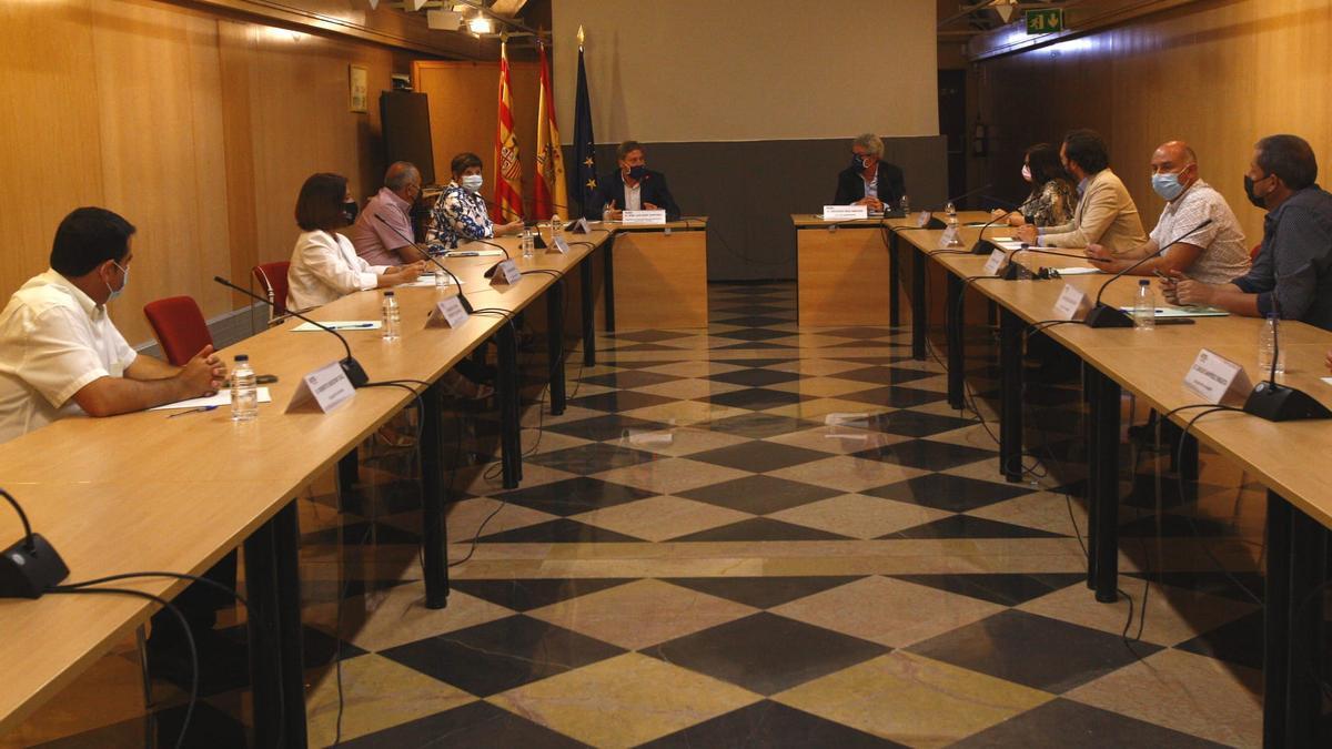 El consejero de Vertebración, José Luis Soro, y el director general de Transportes, Gregorio Briz, se han reunido con diez alcaldes de las zonas afectadas por la supresión de servicios ferroviarios.