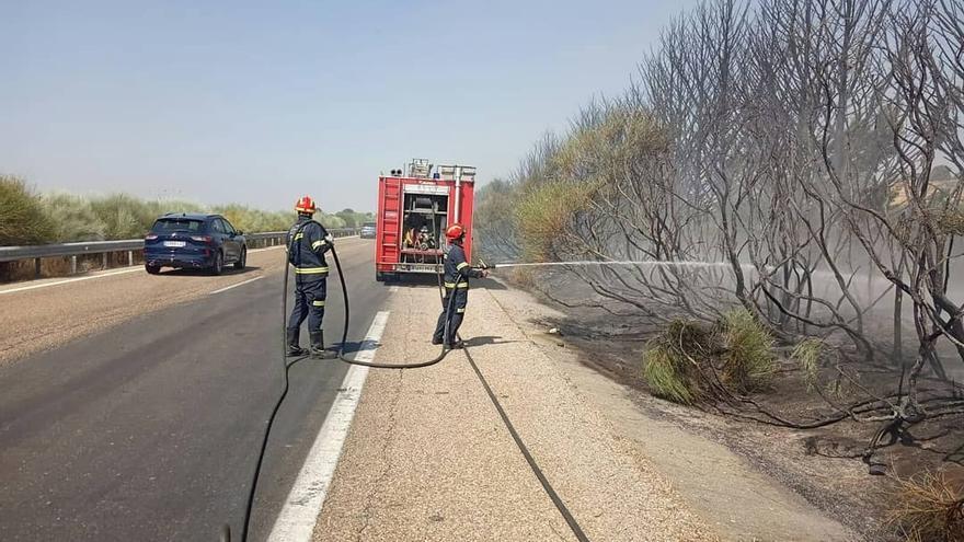 Controlado el incendio originado en la A-52 a la altura de La Milla