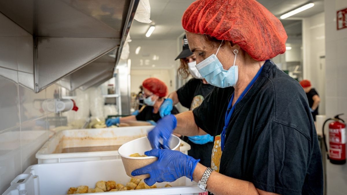 Voluntarias de World Central Kitchen preparan comida para los refugiados afganos.