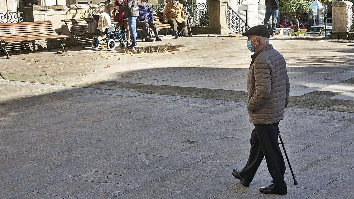 Vecinos de O Carballiño, a la espera de que se levanten algunas restricciones.  | // CARLOS PETEIRO