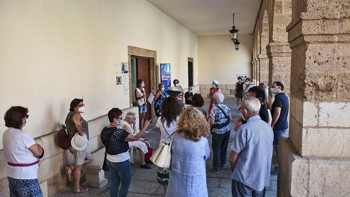 Más de una veintena de personas, mayoritariamente foráneos, conocieron ayer Benavente a fondo. J. A. G.