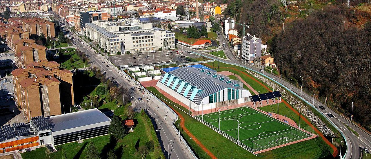 Vista aérea de las instalaciones del campus de Mieres, con la zona deportiva en primer término, después los edificios docentes y al fondo el centro de investigación y la residencia de estudiantes.