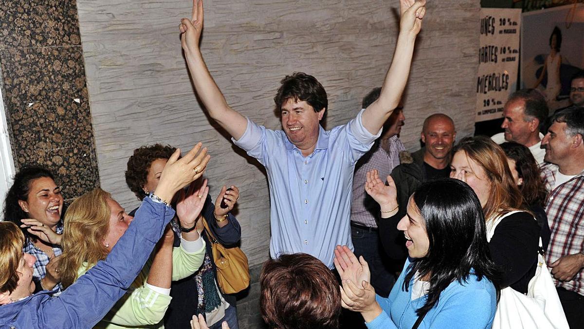 Carlos Calvelo celebra su primera victoria electoral en 2011.   | // JUAN VARELA