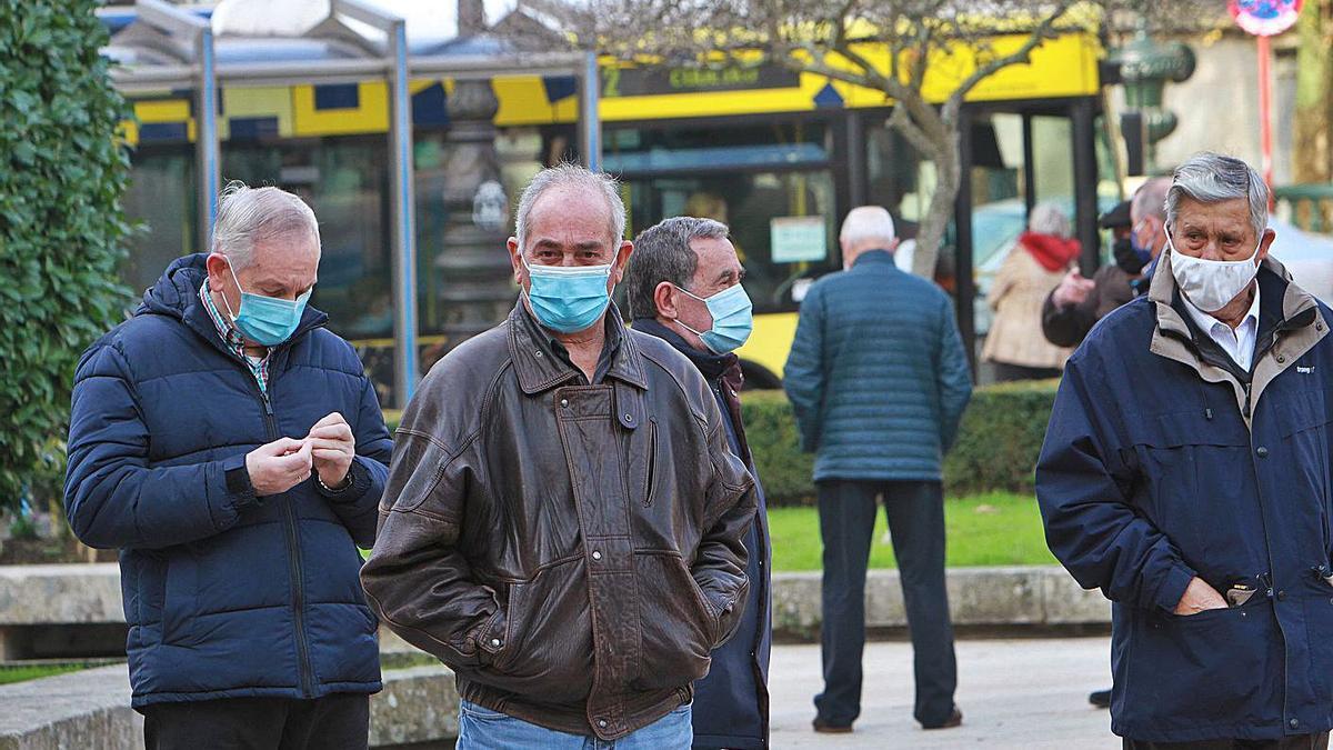 Vecinos de Ourense, en la Alameda de la capital, en el primer día diciembre.   | // I. OSORIO