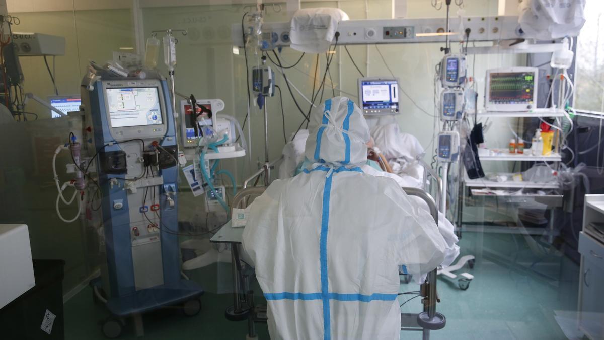 Una enfermera asiste a un paciente en la UCI de Montecelo.