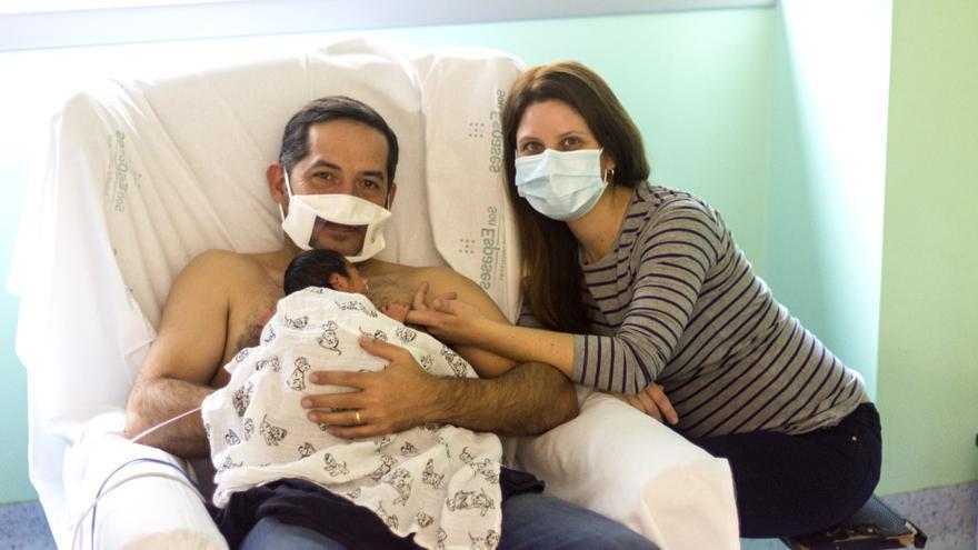 Son Llàtzer da mascarillas transparentes a padres de prematuros