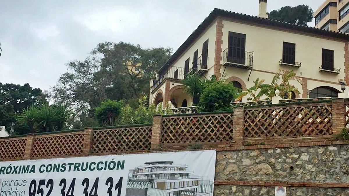 'La Atalaya', en el Camino Nuevo, con el cartel anunciador de un proyecto inmobiliario.