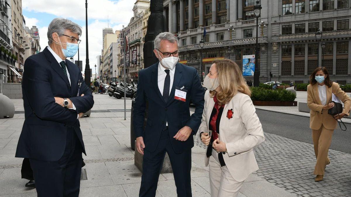 Los presidentes de Deloitte, Fernando Ruiz, y del IEF, Marc Puig, saludan a la vicepresidenta Nadia Calviño.