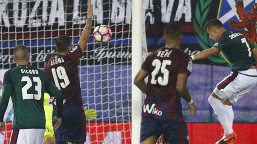 El Osasuna remonta al Eibar y logra su primer triunfo