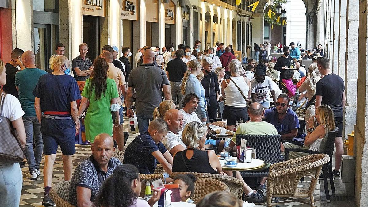Terrasses de la plaça Independència, a Girona.   MARC MARTÍ