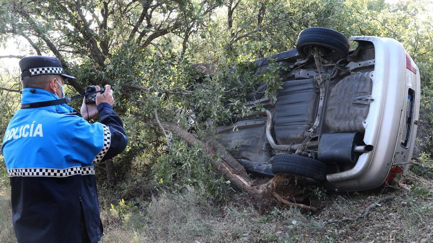 Localizado un vehículo semivolcado entre varias encinas y sin ningún ocupante en el Monte El Viejo (Palencia)