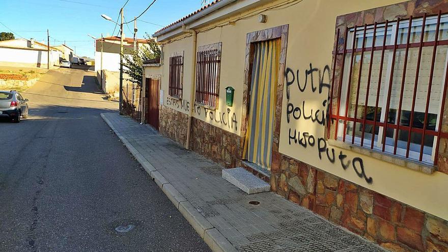 """""""Estás muerto"""": Aparecen pintadas con amenazas en la casa de la familia de un policía en Zamora"""