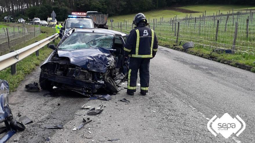 Grave accidente de tráfico en Navia, tras la colisión de un camión y un turismo cerca de Las Murias