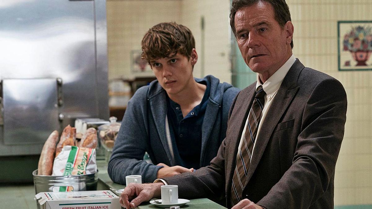 Cranston junto a su hijo en la ficción.  l-emv