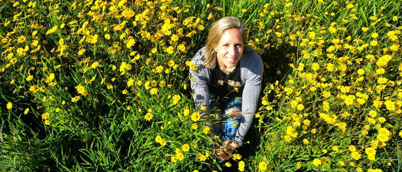 La piragüista Teresa Portela, ayer, en un campo de flores en O Grove, donde reside.  // IÑAKI ABELLA