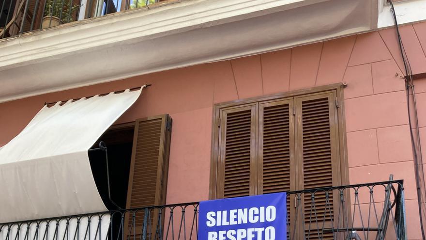 """Vecinos de Santa Catalina cuelgan carteles para pedir """"silencio, respeto y civismo"""""""