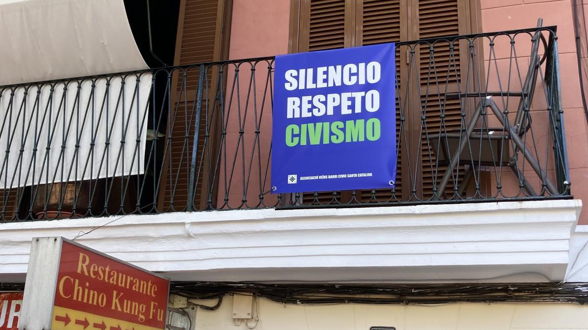 Una de las pancartas que cuelgan de balcones.