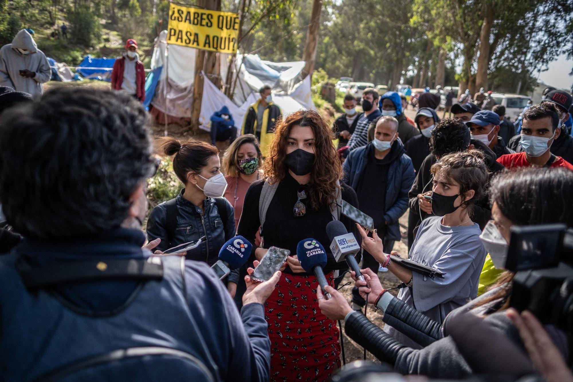 Visita de la eurodiputada Sira Rego al campamento de Las Raíces.