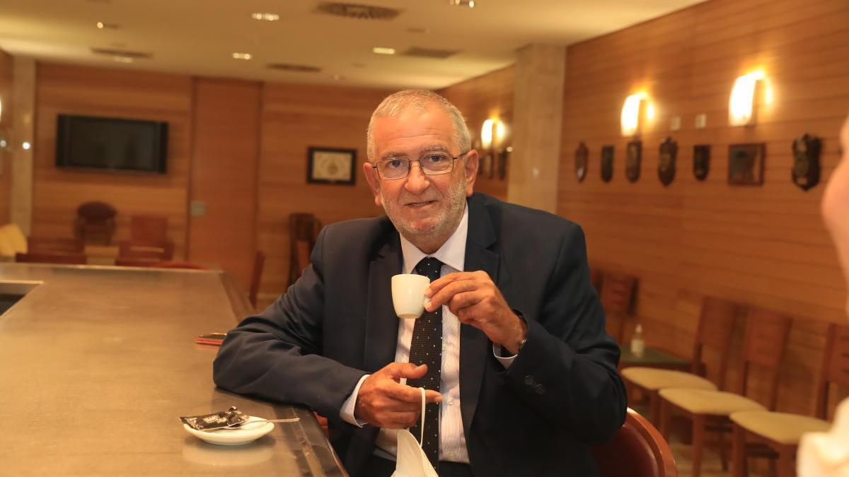 El presidente de la Asamblea Regional toma un café.