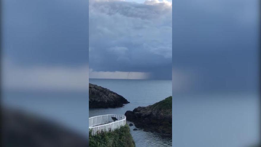 Así fue el impresionante tornado marino (manga marina) que pudo verse en Perlora