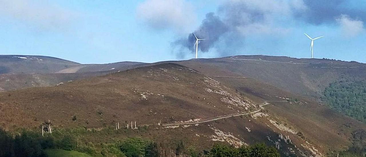 Estalla y se incendia una turbina del parque eólico El Candal |