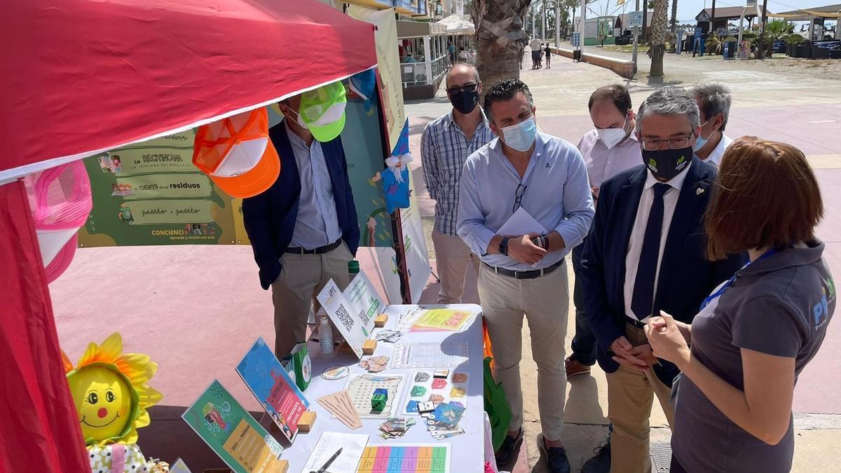 Francisco Salado atiende las explicaciones de una de las monitoras de un punto de información.
