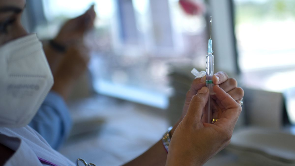 Una enfermera sostiene una vacuna contra el COVID-19.