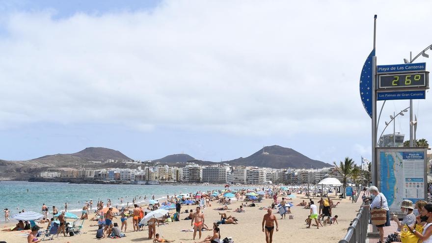 Miércoles de pocas nubes, calima, calor y viento flojo a moderado en Canarias