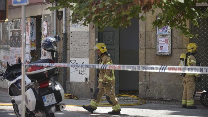 Los bomberos sofocan un incendio en un edificio desocupado de San Andrés