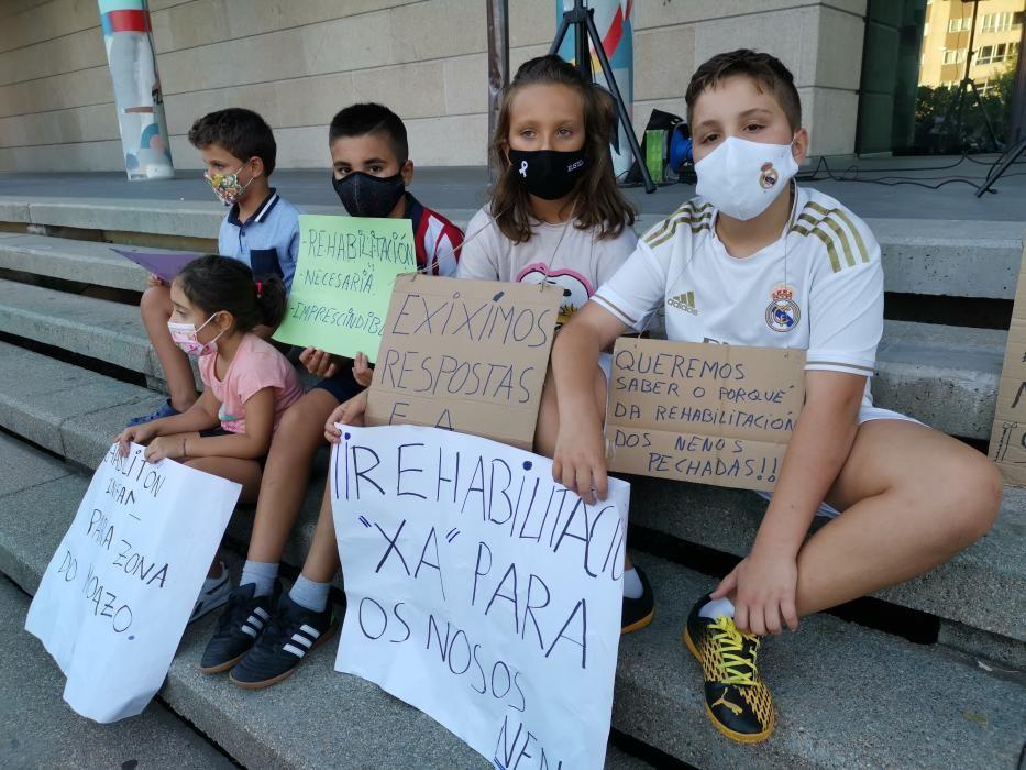 La protesta de las familias frente al Concello de Moaña.