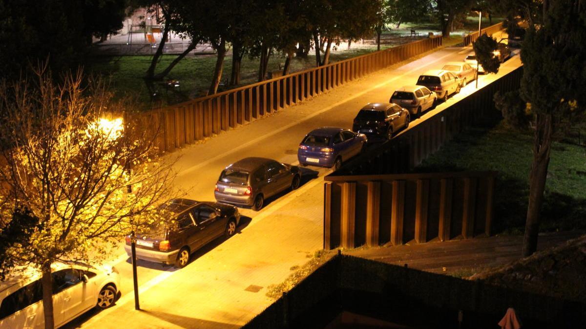 El carrer Salines il·luminat de nit.