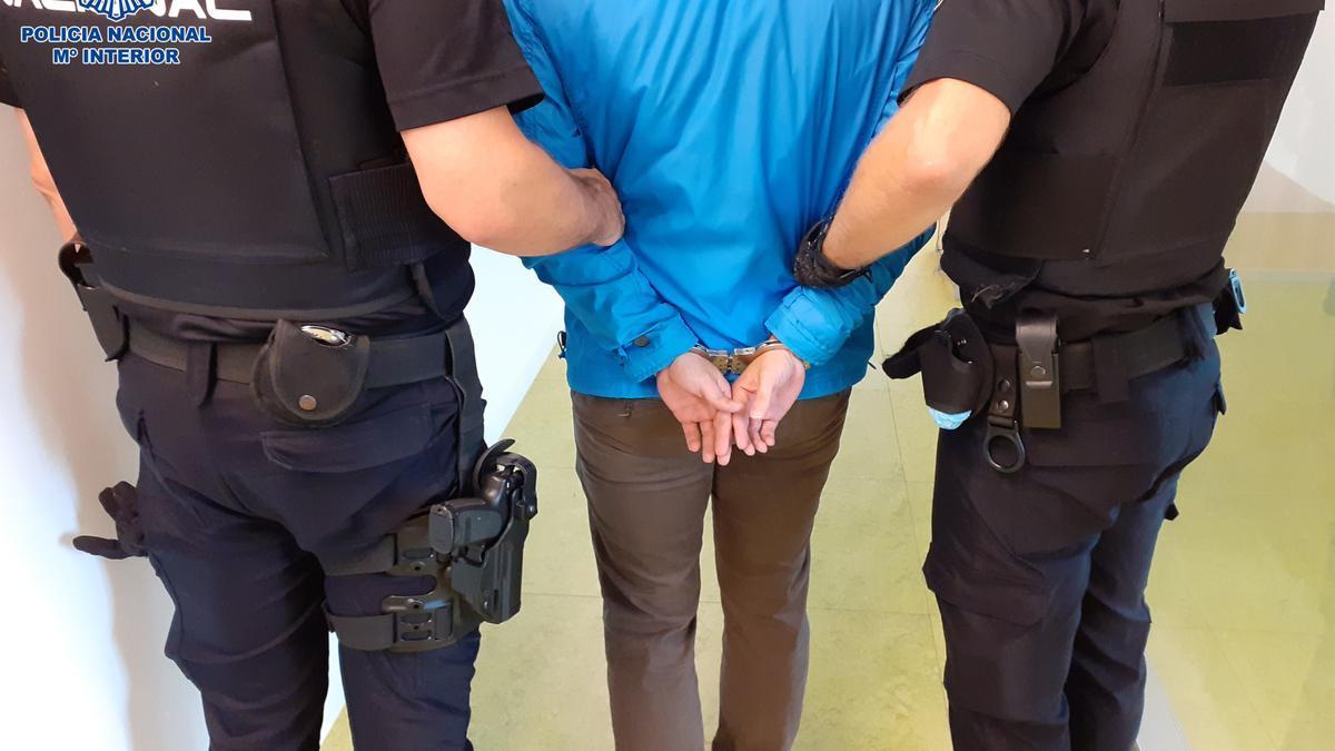 El detenido por agredir sexualmente a una menor de edad en Logroño, conducido por los agentes policiales.