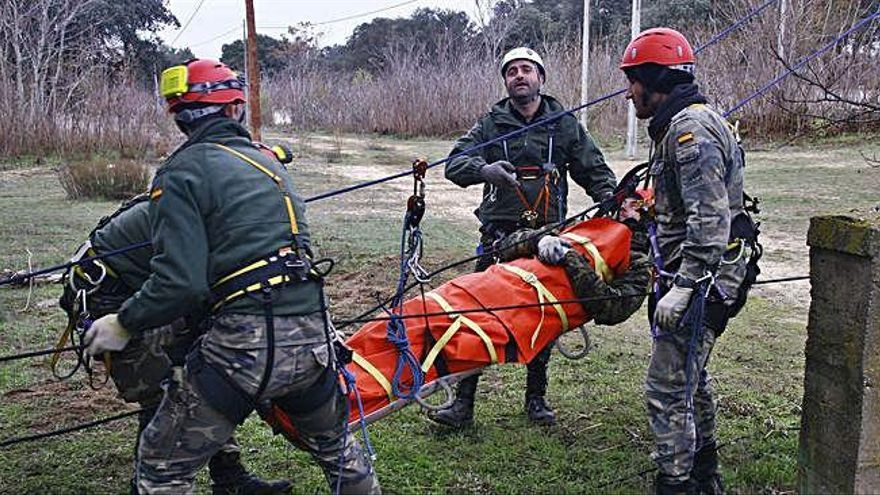 Militares realizan prácticas en Monte la Reina.