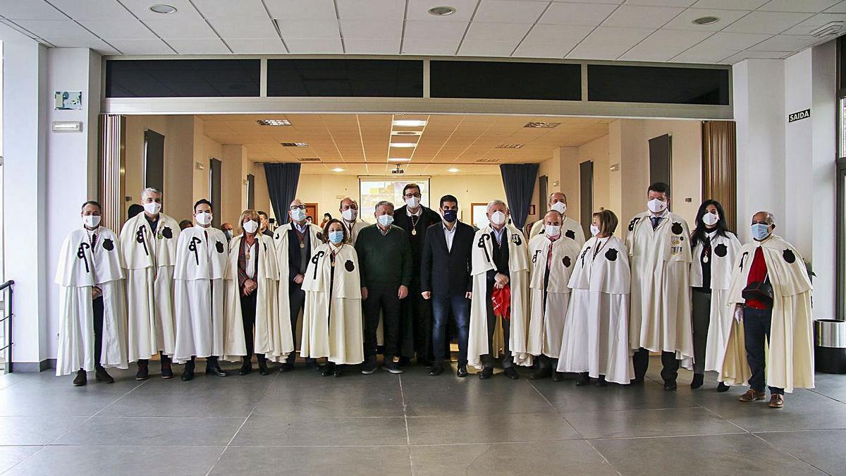 Los caballeros de la Orden del Camino, ayer en la inauguración del congreso en Cea. |   // C.PETEIRO