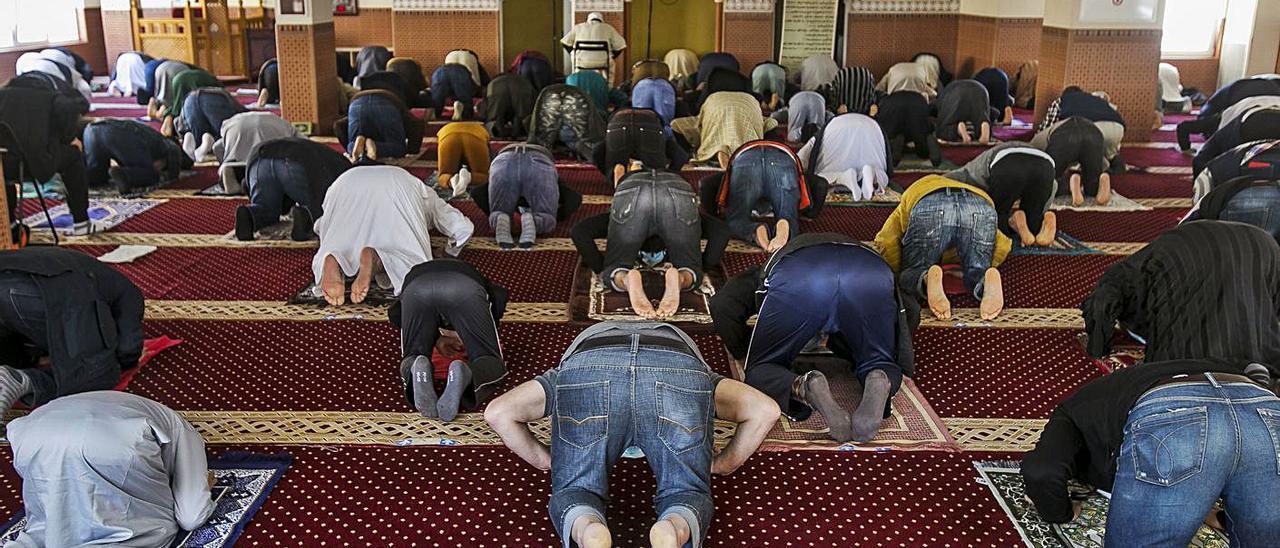 Musulmanes en uno de los rezos de ayer.