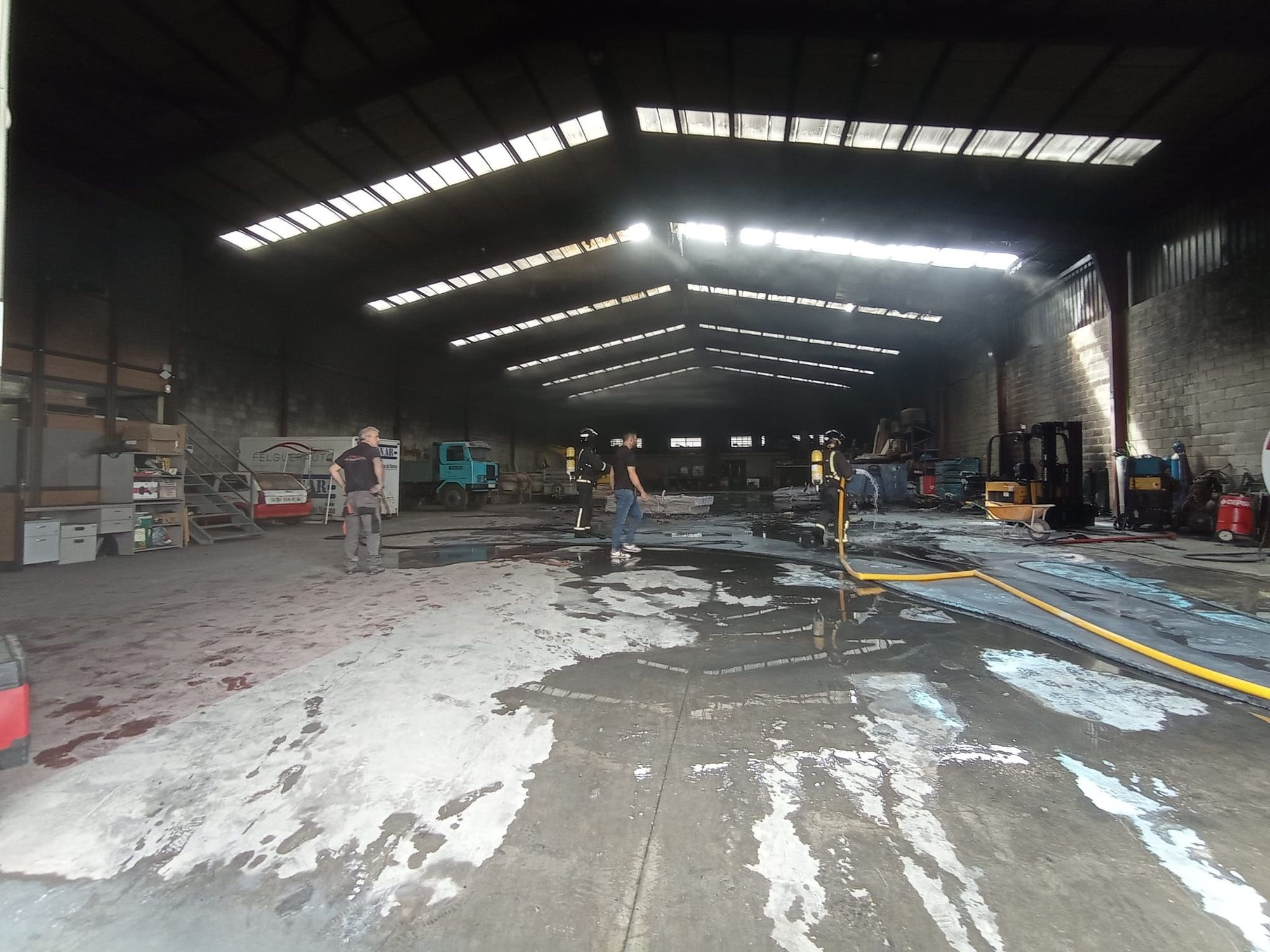 Así fue el incendio en una nave de una empresa de construcción en Meres (Siero)