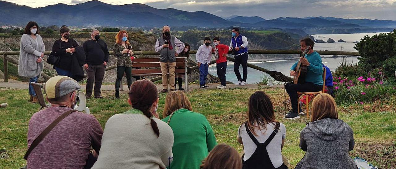 Asistentes al acto celebrado ayer en Oviñana.   Reproducción de T. C.